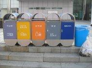 kosze przeznaczone do segregacji śmieci