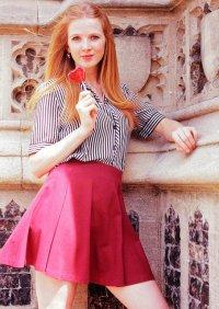 Kobieta w różowej spódnicy